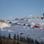 Bhutan – Gebetsfahnen im Wind