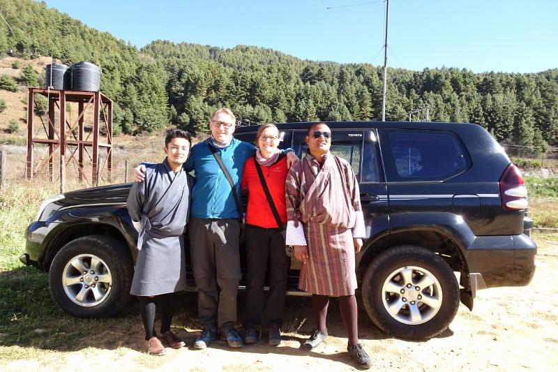 Unsere lieben Gäste mit Guide und Fahrer sowie unsere hochwertigen Fahrzeuge - berghorizonte steht für höchste Qualität auf Ihrer Traumreise durch Bhutan