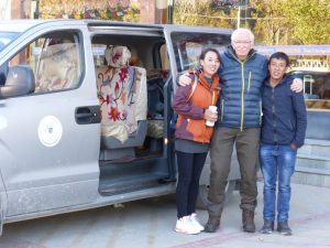 Tibetischer Guide und Fahrer mit berghorizonte Gast